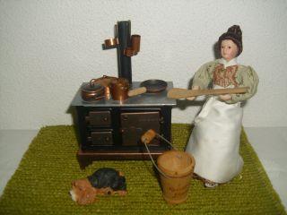 Nostalgischer Puppen - Herd,  Puppe/köchin,  Kupfer - Geschirr,  Hund F.  Puppenstube/küche Bild