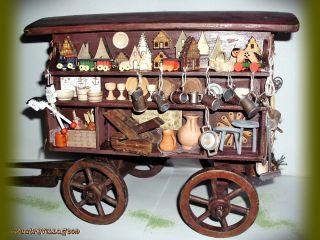 Verkaufswagen Mit Waren Des Täglichen Bedarfs,  Werkzeug,  Körbe,  Spielzeug,  Krüge. Bild