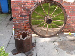 Altes Antikes Wagenrad Als Tisch Bild