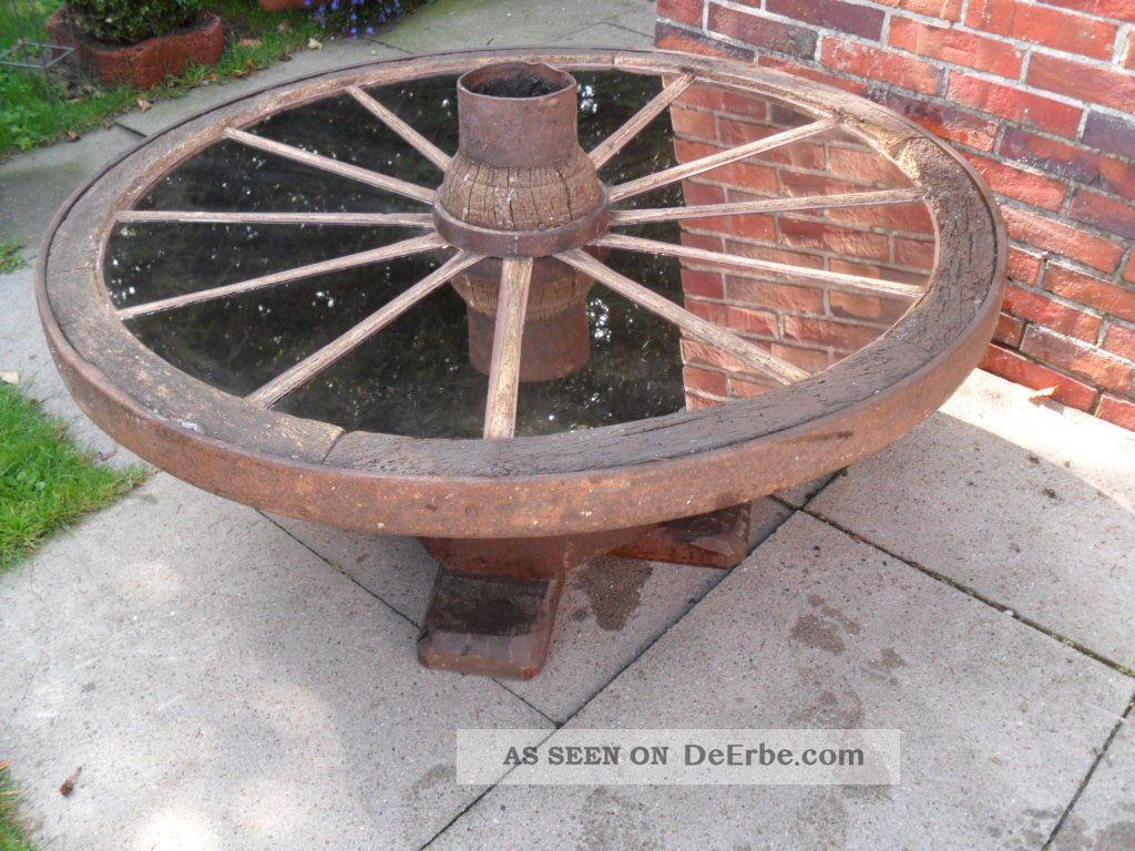 altes antikes wagenrad als tisch. Black Bedroom Furniture Sets. Home Design Ideas