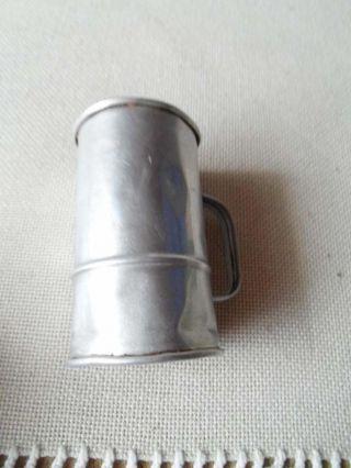 Altes Maßbecher Aus Aluminium Bild
