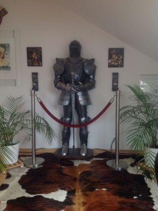 Lebensgroße Ritterrüstung Ritter Auf Sockel Mit Schwert Bild