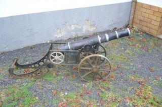 Alte Kanone Gesamtlänge Ca.  1,  50m,  Eisen,  Gestell Gußeisen Bild