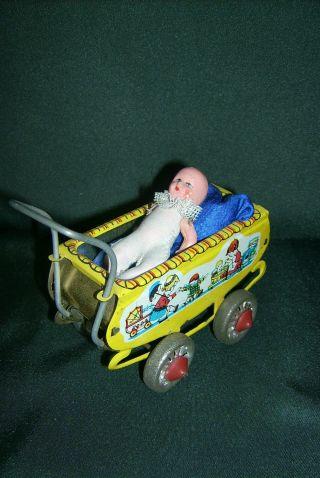 Alter Blechpuppenwagen Mit Porzellanbaby Bild