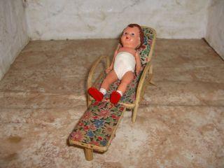 Puppenstubenmöbel - Sehr Alter Rattan - Liegestuhl Mit Ari - Püppchen Bild
