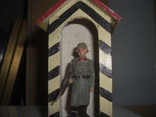 Alter Lineol Soldat Im Wachhaus Mit Gewehr Im Anschlag Bild