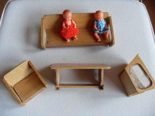 Dachbodenfund Ca.  50er - 60er Jahre Puppenhausmöbel Holz & 2 Püppchen Mit Auflagen Bild