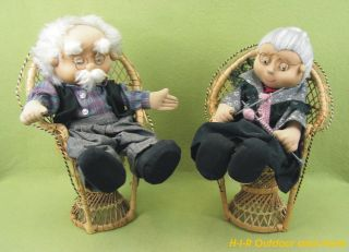 Große ältere Stoff Puppen Oma Und Opa Sitzend Auf Korb Stuhl Puppe - 32 Cm Hoch Bild