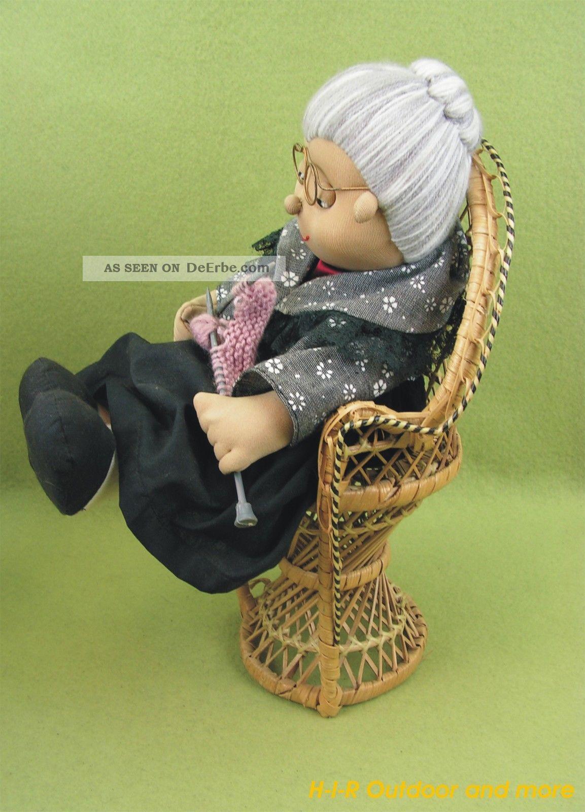 Gro e ltere stoff puppen oma und opa sitzend auf korb for Stuhl 50 cm hoch