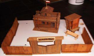 Alte Holz Rensch Mit Haus,  Hochstand,  Futtertrog Und Zaun Mit Tor Bild