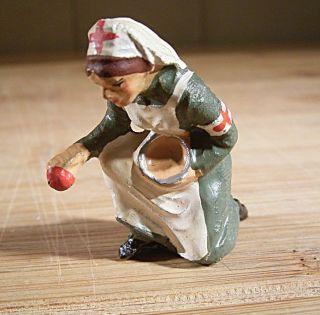 """10.  087.  14.  9 Elastolin Figur """"krankenschwester Kniend Mit Schale"""" Bild"""
