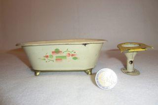 12.  Alte Blech - Badewanne Und Toilette Für Puppenstube,  Bemalt,  Um 1900 Bild