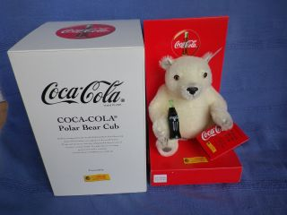 Steiff Eisbär/baby - Eisbär Coca - Cola Polarbearcub V.  2000 - Nr.  666032 - Neuwertig Bild