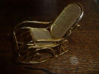 Älterer Metall Schaukelstuhl 8 X 7 X 3,  5 Cm Für Puppenstube Gold Bild