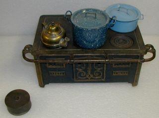 Antiker Puppenherd Gußeisen Mit 2 Emailletöpfen Und Messingkessel Bild