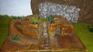 Große Grotte Mit Büschen Und Bach In Der Mitte/lisanto/ddr Indianer/cowboys Bild