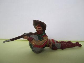 Masse Leyla Cowboy Hinter Felsen Liegend Mit Gewehr,  7 Cm. Bild