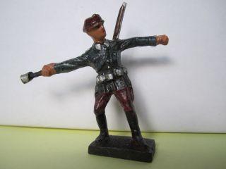 Masse Soldat (italiener?) Handgranate Werfend Von Durolin. Bild