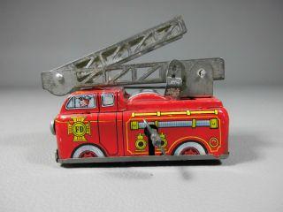 Alte Feuerwehr Mit Drehleiter Blechspielzeug Yone Made In Japan Uhrwerk Lkw Bild