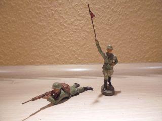 Elastolin - 2 Soldaten - 2.  W.  K.  1 Maschienengewehr - Schütze.  1 Fahnent - Rorg 30er Bild