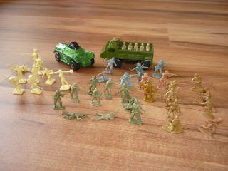 Alte Miniatur Plastikfigur,  Aufstellfiguren,  Soldaten,  Militär Mit Autos,  70er Bild