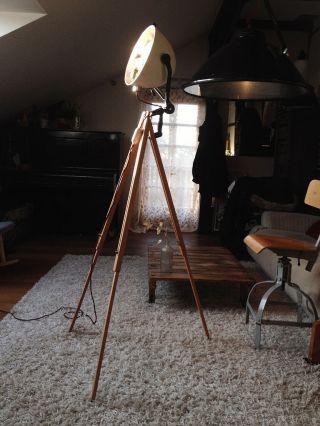 Loft Industrial Studioleuchte Tripod Bauhaus Lampe Holzstativ Modernist Design Bild