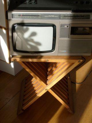 Charme Der 70er Jahre: Tragbarer Sharp Fernseher Mit Radio Und Kassettendeck Bild