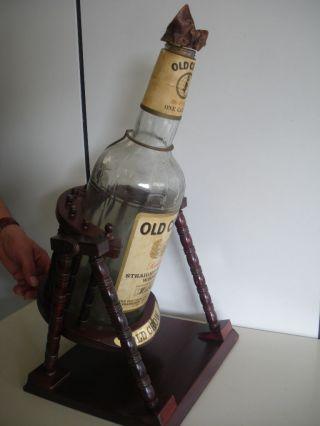 Sammlerstück,  Große Leere Whisky Flasche 3 Ltr.  Mit Einem Kippständer Aus Holz Bild