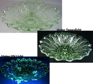 3 - Bein - Schale Pressglas Grün Schneckenfüßchen Uranglas??? Bild