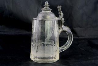 Jagdlicher Glas Krug Mit Zinndeckel Und Geschliffenem Hirsch Im Wald,  Dat: 1896 Bild