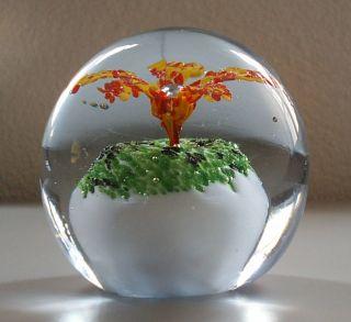 Briefbeschwerer Paperweight Glaskugel Opakglas Rot - Gelbe Blume Aus Weißem Felsen Bild