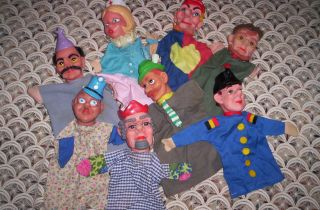 Acht Kasperl Figuren.  Handpuppen Bild