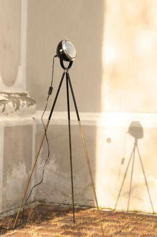 Tripod Lampe Manufaktur Stehlampe Schwarz Auf Antikem Fotostativ Bauhaus Stil Bild