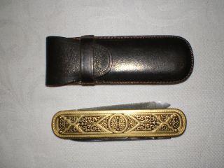 Multifunktions Taschenmesser Im Leder Etui.  Eingravierte Bayer Werbung. Bild