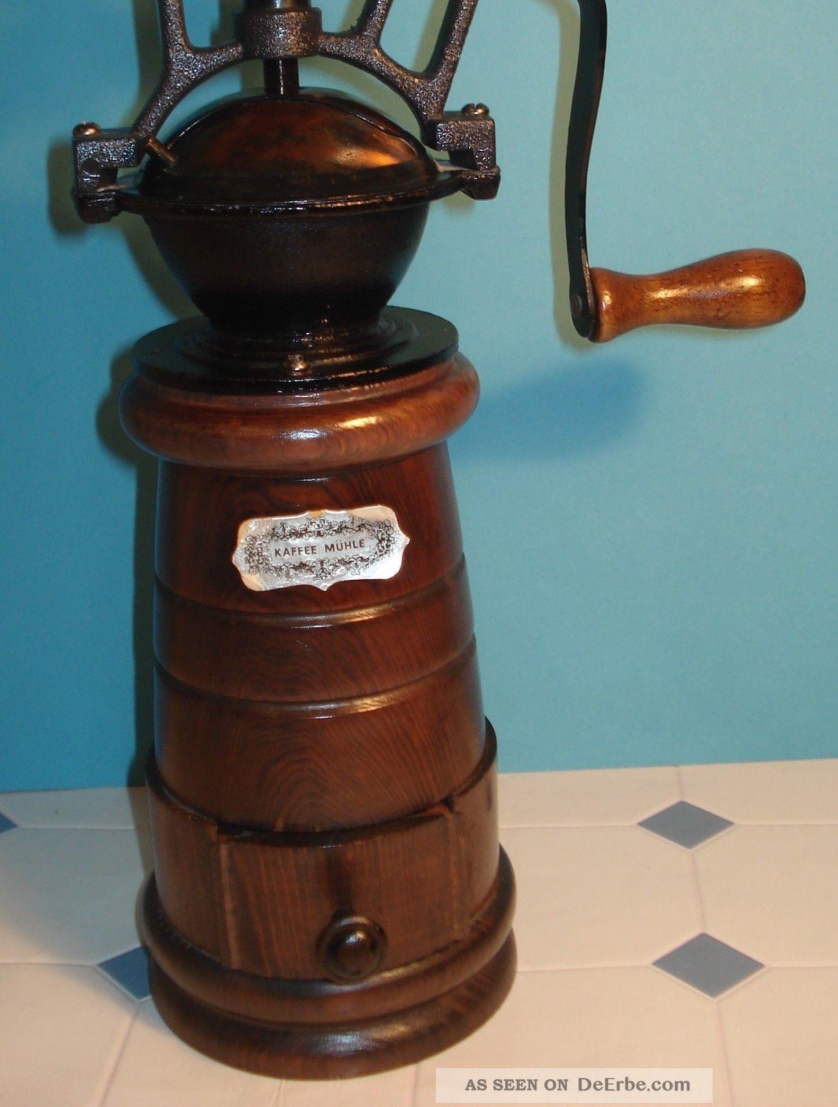 Alte manuelle kaffeem hle aus rustikalem holz mit kurbel for Alte barhocker aus holz