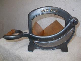 Alte Voss Brotschneidemaschine,  Brotmaschine,  Brotschneider,  Gusseisen Brotmaschine Bild