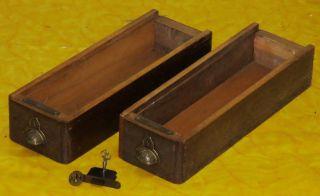Zwei DÜrkopp - Nähmaschinen - Schubladen,  Schloss,  Schlüssel Bild