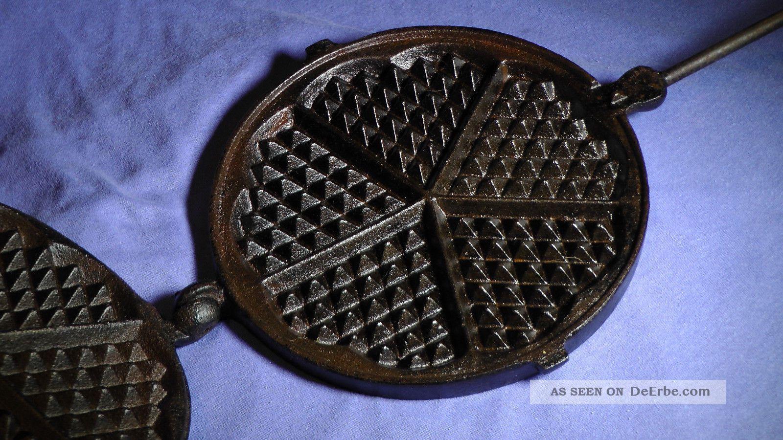 altes antikes waffeleisen mit stiel massives gusseisen f r herd oder feuer. Black Bedroom Furniture Sets. Home Design Ideas