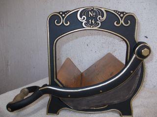 Alte Verzierte Gusseiserne Brotmaschine,  Brotschneidemaschine,  Brotschneider Bild