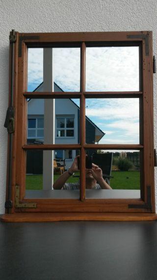 Dekoratives Antikes Verspiegeltes Sprossenfenster Bild