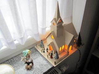 - - Kirche Holz - M.  Beleuchtung Und Holzfiguren - - Bild