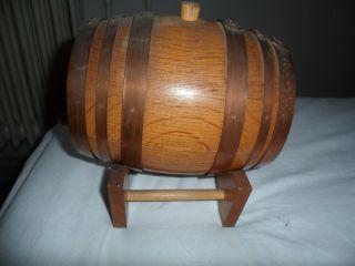 Altes Kleine Holzfass Whisky Wein Cognac Mit Ständer Kupferberingt Bild