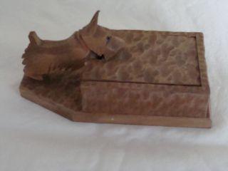 Alte Zigarettenbox Aus Holz Mit Geschnitztem Hund Von 1948 Bild