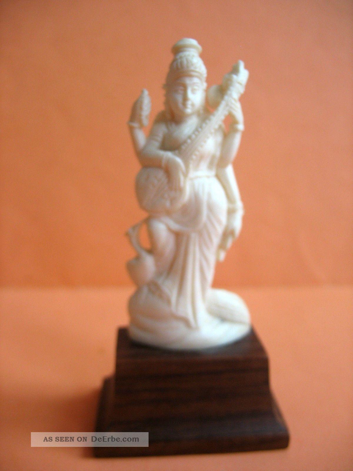 Beinschnitzerei Auf Sockel - 4 - Armige Indische Göttin Mit Musikinstrument U.  Pfau Beinarbeiten Bild