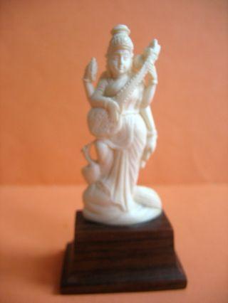 Beinschnitzerei Auf Sockel - 4 - Armige Indische Göttin Mit Musikinstrument U.  Pfau Bild