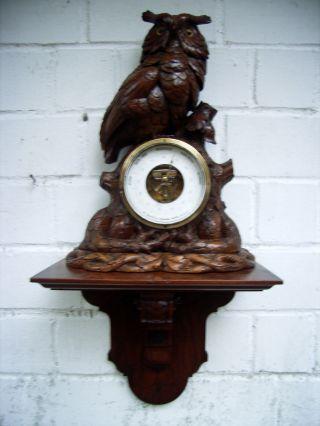 Gr.  Eule,  Uhu Aus Holz Sitzend Auf Einer Konsole,  Mit Barometer V.  W.  Basilius Bild