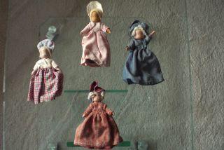 Holzfiguren (4 Stück) Mit Bekleidung Und Beweglichen Fußteilen Bild