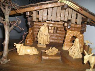 Weihnachtsgrippe Aus Holz Mit Vielen Handgeschnitzten Figuren Bild