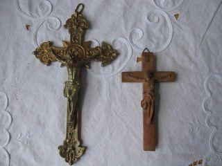2 Kruzifix - Metall Und Holz Handgeschnitzt Bild