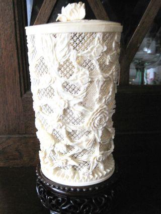 Wunderschönes Altes Gefäß Aus Bein Geschnitzt,  Auf Sockel Stehend Rosen Bild